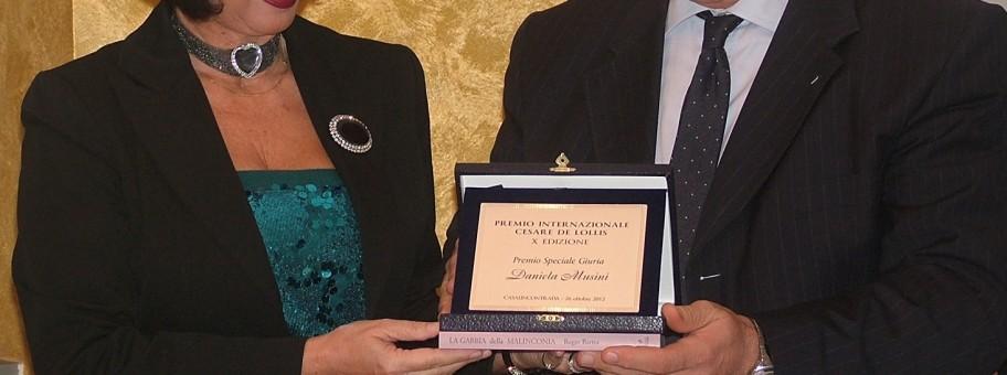 Premio De Lollis - il Presidente del consiglio della Provincia di Chieti Enrico Rispoli consegna il riconoscimento a Daniela Musini