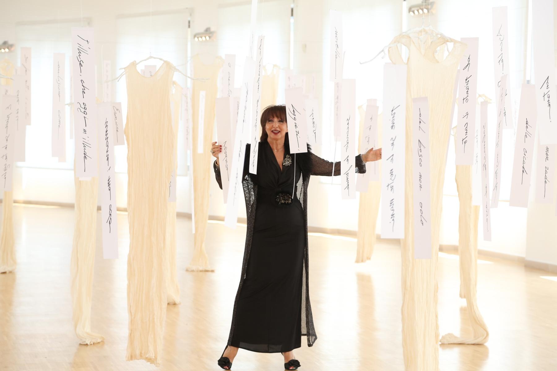 Daniela Musini interpreta, presso l'Aurum a Pescara, all'interno dell'installazione artistica di Antonella Cinelli, la pioggia nel pineto