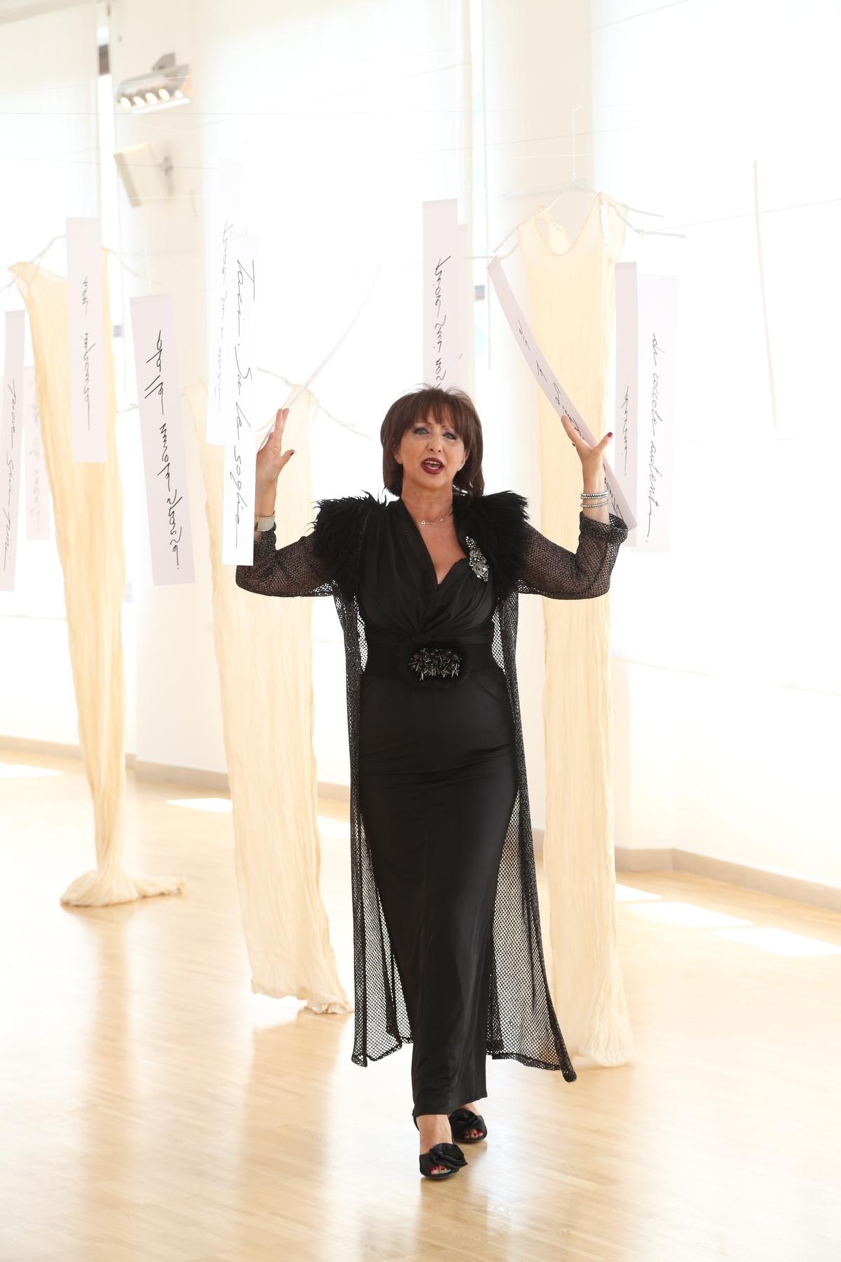 Daniela Musini interpreta, presso l'Aurum a Pescara, la pioggia nel pineto, all'interno dell'installazione artistica di Antonella Cinelli