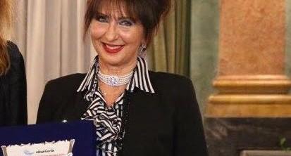 Daniela Musini con la targa del Premio Internazionalee Letteratura Città di Como